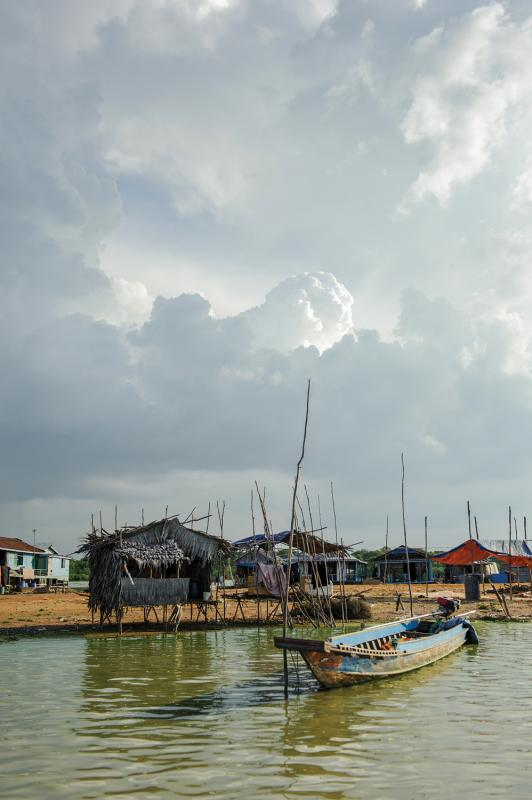 The floating village of Akol, anchored to a sandbar for the dry season. (Luc Forsyth/Ruom)