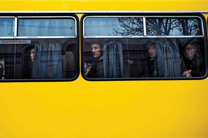 Bus passengers watching a peaceful pro-Ukrainian rally in front of the parliament building, with Cossacks (not pictured) standing guard. March 8, 2014.